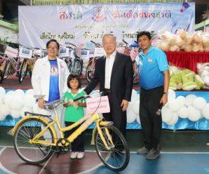 ดร.อมร มอบของให้แก่ 5 ชุมชนเขตปทุมวัน ร่วมกิจกรรมวันเด็ก 2563