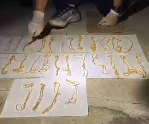 นาทีตำรวจปีนบ้าน ประสิทธิชัย ค้นเจอทองของกลาง ซ่อนใต้คาน-เอาหญ้าคลุม !
