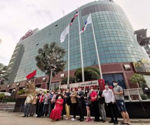เชิญธงชาติไทย-ธงสมาพันธ์รวมใจชาวจีนฯ ขึ้นสู่ยอดเสาหน้าอาคารแกแล็คซี่ฯ